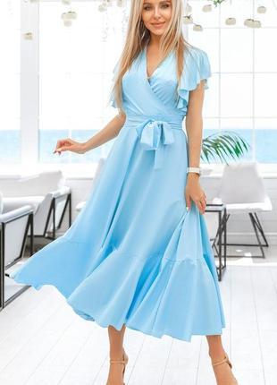 Легкое приталенное платье голубого цвета длинное короткий рукав