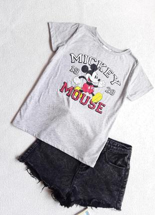 Трикотажная футболочка с микки маусом.