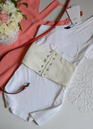 Bershka футболка біла на одне плече з корсетом