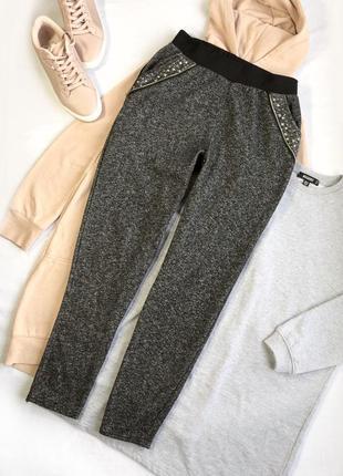 Модные теплые брючки с отделкой на карманах