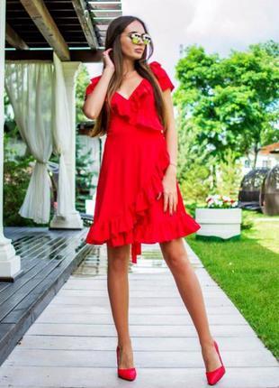 Платье красного цвета на запах