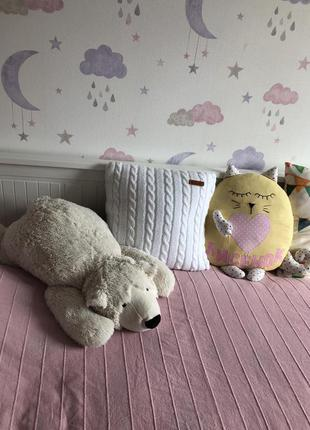 Белая вязаная подушка для интерьера