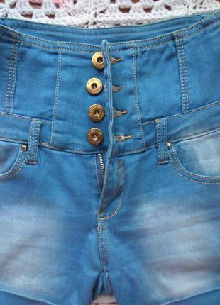 Бомбезные джинсовые шорты с завышенной талией корсетом.