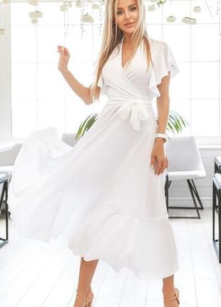 Легкое приталенное платье белого цвета длинное короткий рукав