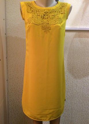 Актуальное платье горчичного цвета с кружевом