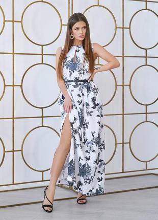 Эффектное белое длинное платье с монохромными розами