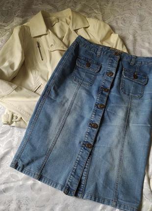 Прямая джинсовая юбка на пуговицах