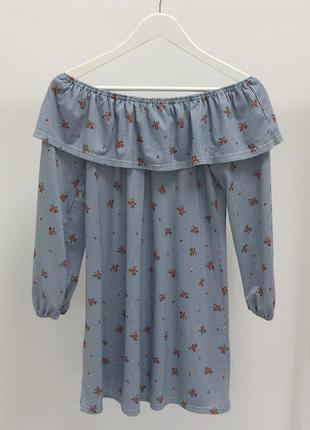 Голубое платье со спущенными плечами и цветочным принтом