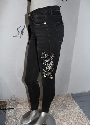 Черные джинсы с вышивкой zara