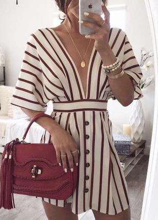 Белое платье в полоску с шикарным v-образным вырезом