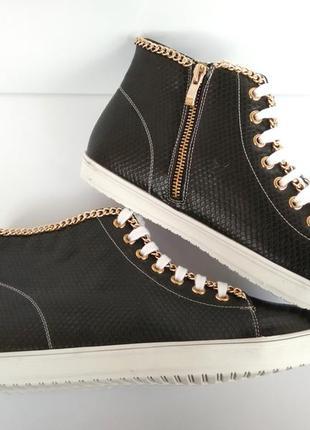 Черные женские кроссовки питон с цепочкой