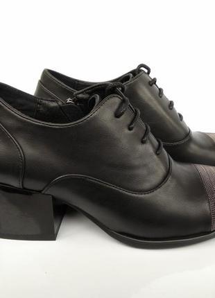 Туфли на широком каблуке с металлическим декором