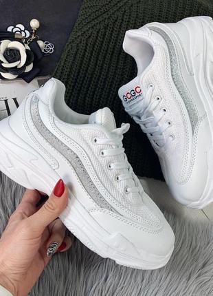 Белые женские кроссовки с серебристой вставкой