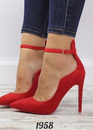 Красные туфли лодочки с ремешком