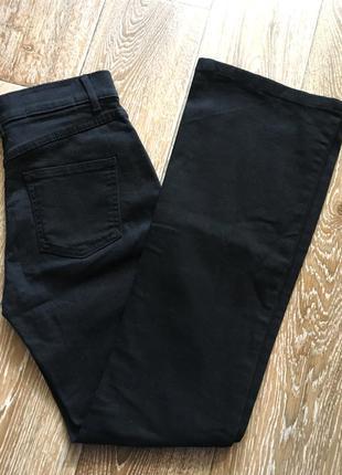 Черные джинсы расклешенные