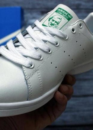 Элегантные кроссовки adidas stan smith.