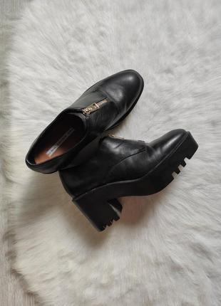 Черные кожаные туфли ботинки на каблуке среднем тракторная под...