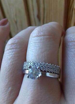 Красивое двойное  серебряное кольцо с центральным  камнем