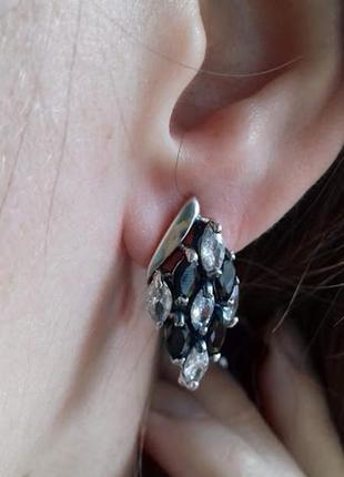 Серебряные серьги  с черно-белыми камнями ирида