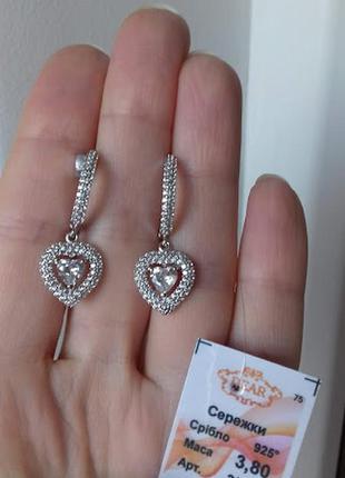 Серебряные серьги висюли сердечки с  камнем