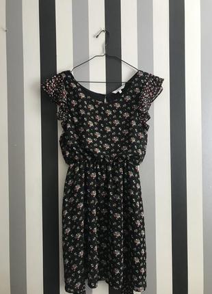 Нежное платье в цветах с рюшами