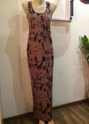 Стильное прямое трикотажное платье-майка в абстрактный паттерн