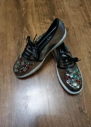 Нарядные серебряные туфли мокасины с камнями