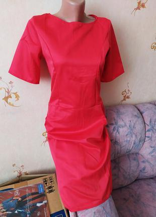 Яркое платье красного цвета