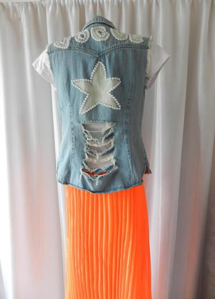 Летняя джинсовая жилетка с жемчугом и бусинками ручная работа