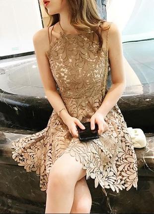 Ажурное короткое платье в нюдовых тонах кружево