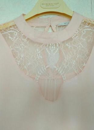 Нежная и очень красивая блузка с кружевом цвета пудры  от брен...