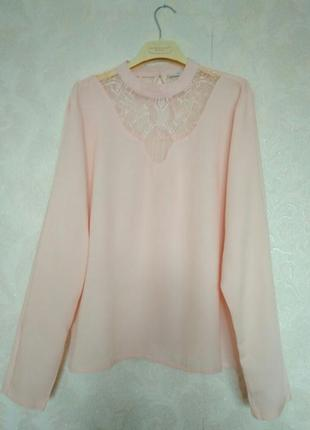 Нежная и очень красивая блузка с кружевом цвета пудры от бренд...