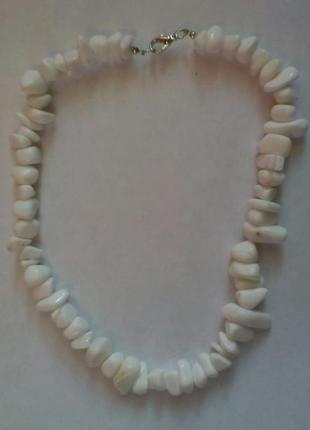 Бусы из крупны камней белого агата