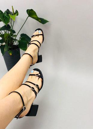 Босоножки женские кожаные черные на каблуке на тонких ремешках