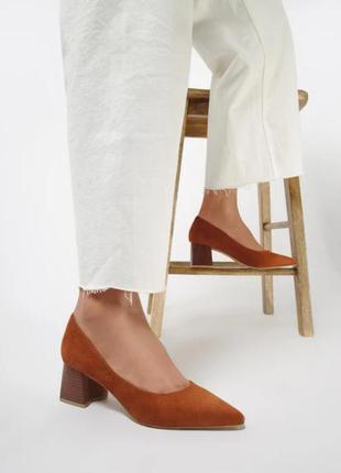 Женские туфли карамельные на среднем каблуке