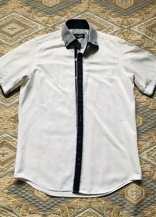 Белая рубашка с синим воротником и коротким рукавом