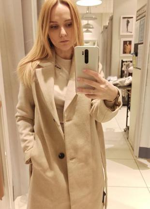 Весеннее кремовое пальто с поясом