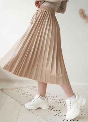 Крутая бежевая юбка-плиссе с эко кожи