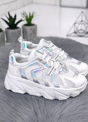 Стильные белые кроссовки с голографическими вставками на масси...