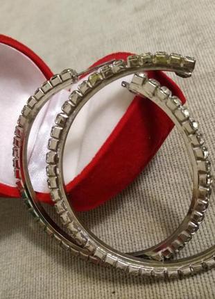 Серьги кольца в камнях