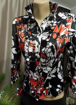 Блуза атласная  в цветы яркая