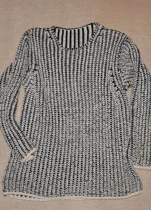 Стильный черно-белый свитер