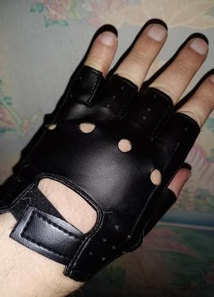 Спортивные перчатки без пальцев