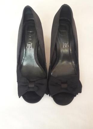 Черные шелковые туфли на шпильке с открытым носком