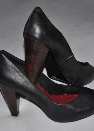Черные туфли на высоком каблуке.