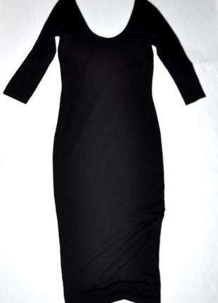 Черное приталенное платье с глубоким вырезом
