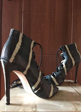 Жіноче взуття, босоніжки.