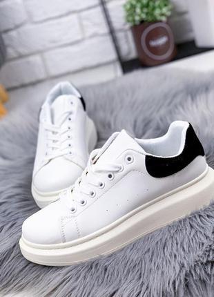 Белые кроссовки с черной пяточкой