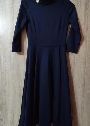 Длинное синее вечернее платье с пышной юбкой и брошью