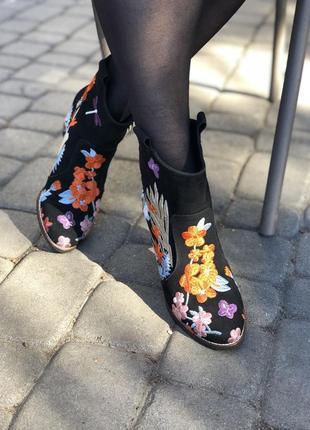 Ботинки с вышивкой на очень удобном каблуке